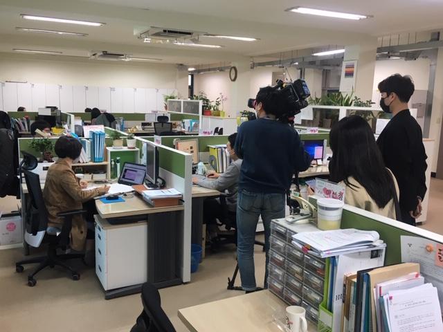 원격수업 지원을 위한 온라인 실시간 연수중이다. 교육지원청의 적극적인 현장 지원에 주목하여 JTBC에서 사례 취재를 하고 있다.